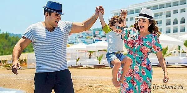 Анфиса Чехова с мужем и сыном на отдыхе в Турции