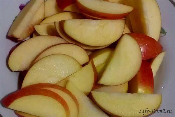 Шарлотка с грушей и яблоками