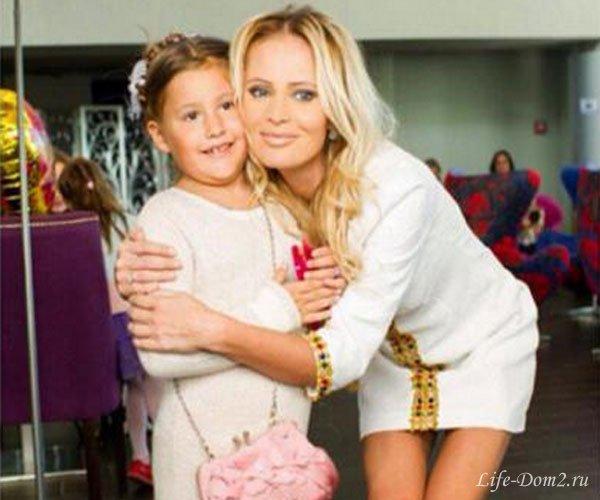 Дана Борисова с любимым и дочкой отправились в отпуск