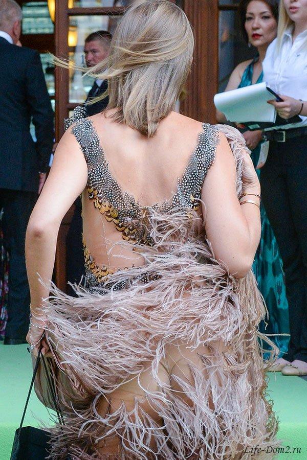 Ксения Собчак в карнавальном платье обнажила свои ягодицы