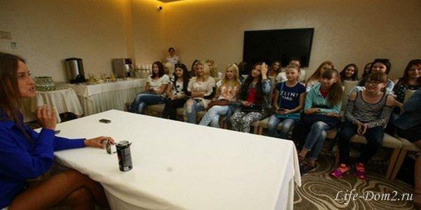 Настя Киушкина провела встречу с поклонниками. Фото