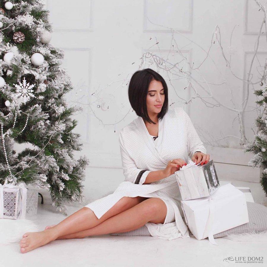 Виктория Берникова рекламирует красивые комплекты одежды для дома