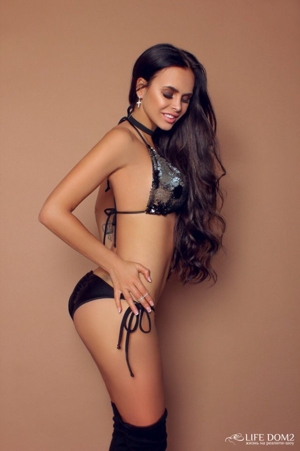 Фотосессия страстной Виктории Романец в дизайнерских купальниках