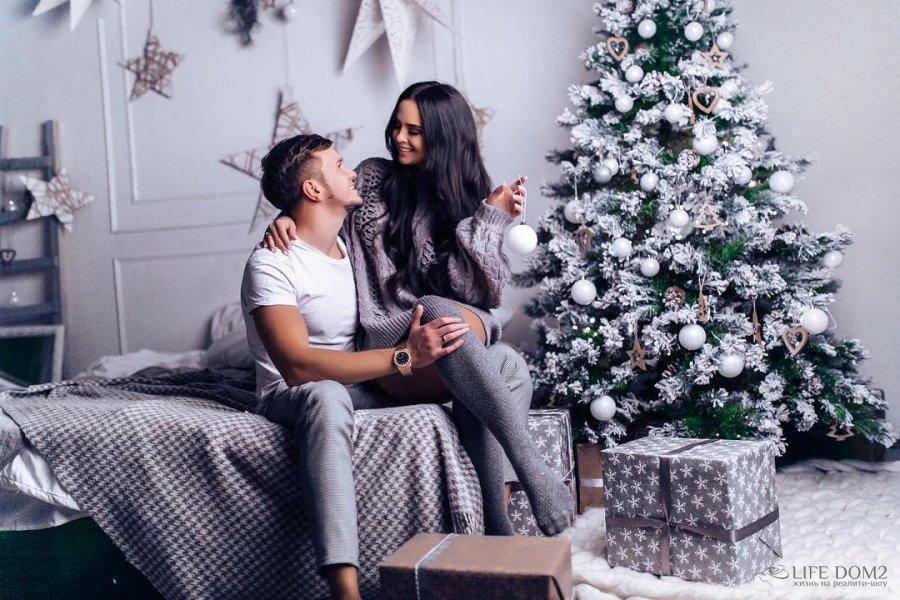 Фото у новогодней елки виктория романец