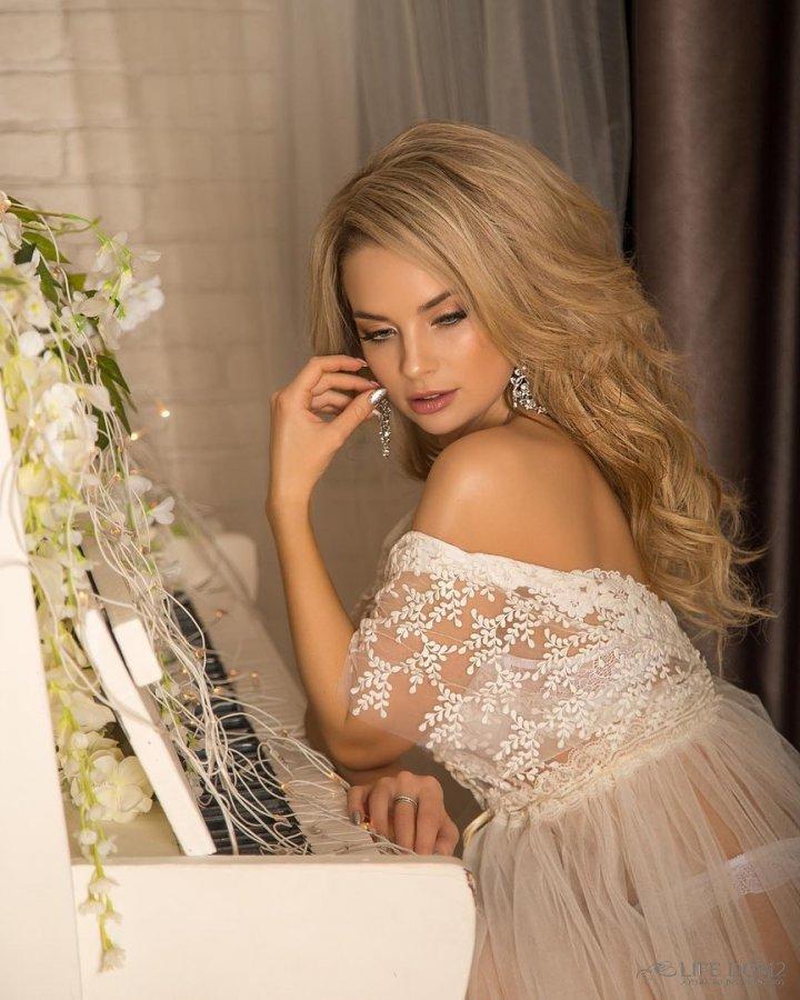 Фотосессия милой Кристины Ослиной в красивых свадебных платьях