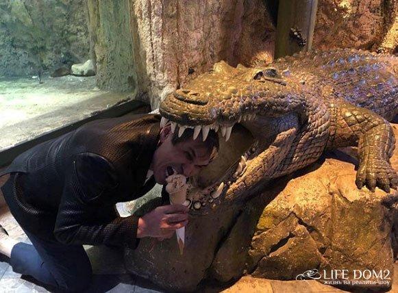 Бари Алибасов засунул голову в пасть крокодила