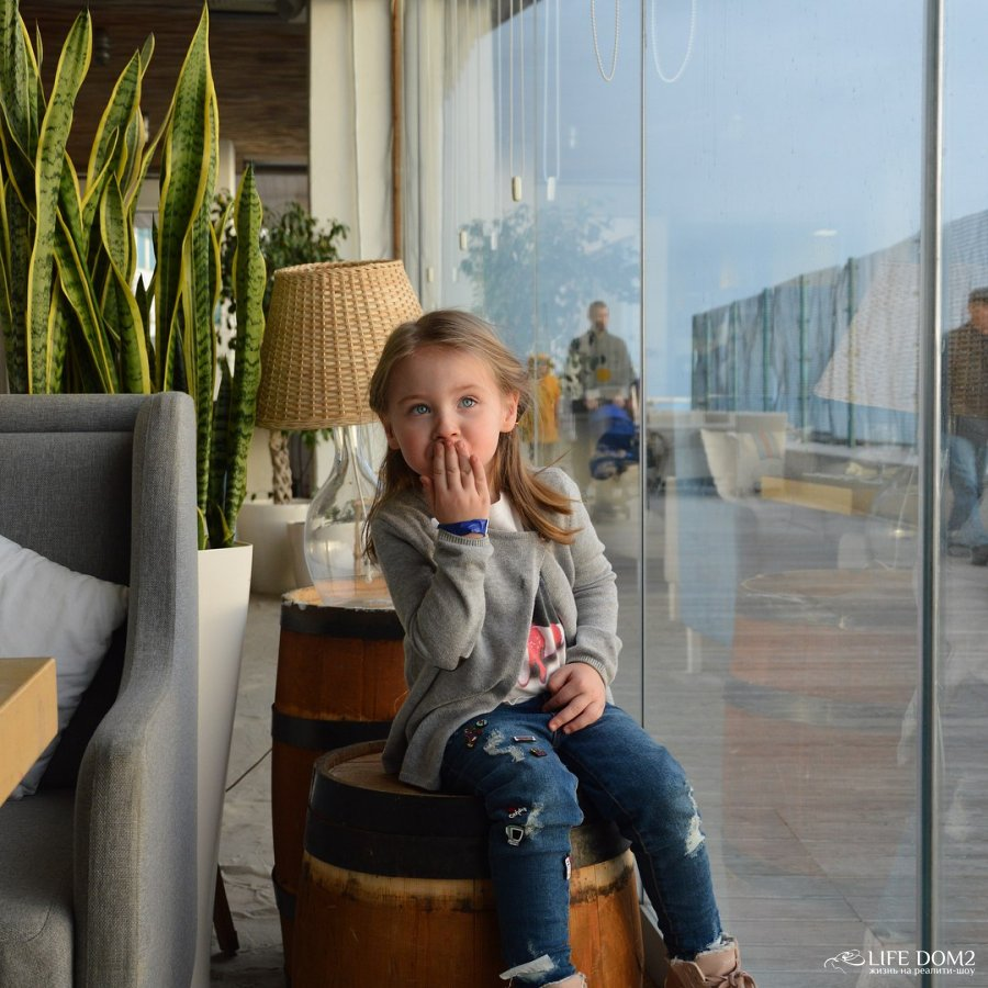 Фотосессия дочки Саши Задойного и Элины Камирен Александры