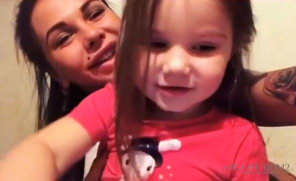 Саша Шева манипулирует своим брошенным ребенком