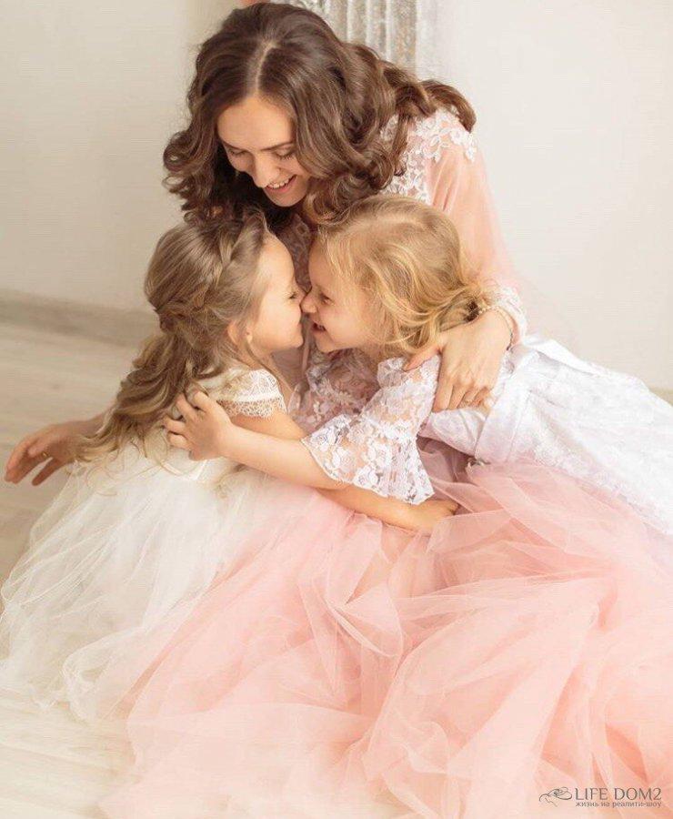 Нежная фотосессия беременной Марии Адоевцевой со своими дочками