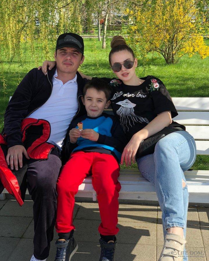 Александра Артёмова и Женя Кузин вместе с Митей гостят у родных в Новороссийске