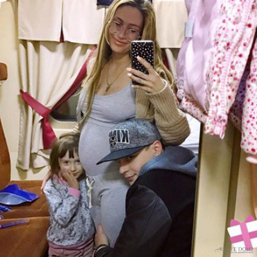 Алена Ашмарина опубликовала снимки своего заметно подросшего живота