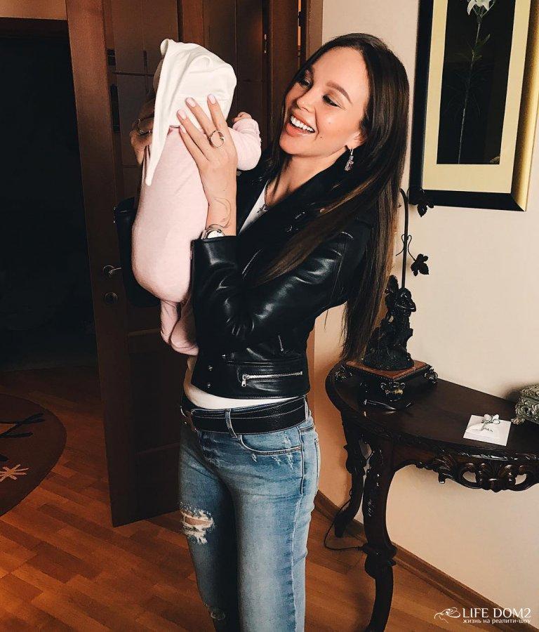 Фотоподборка экс-участницы «Дом 2» Анастасии Лисовой с дочкой Мирославой