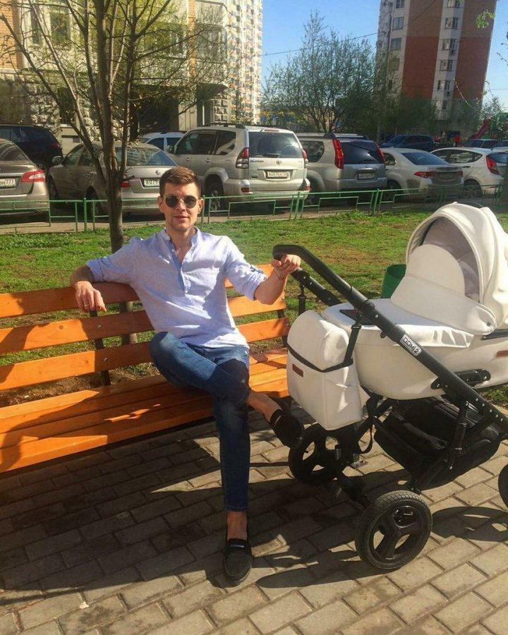 Дмитрий Дмитренко любит гулять с дочерью