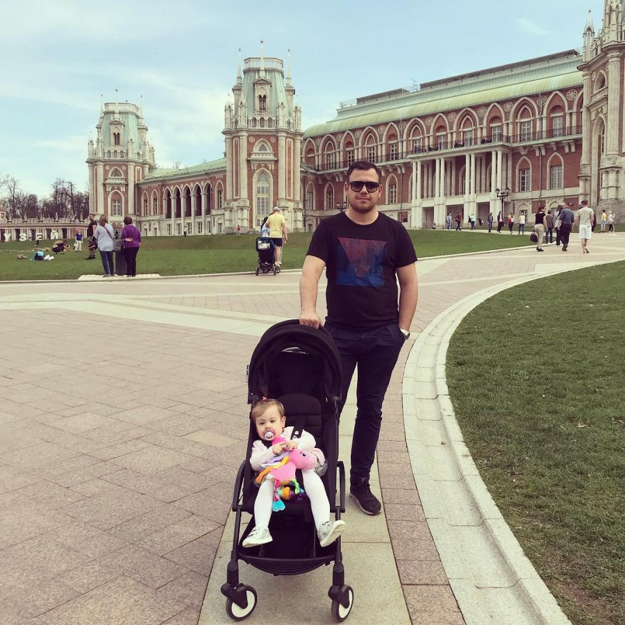 Тата Блюменкранц с  семьёй на прогулке в музее-заповеднике Царицыно