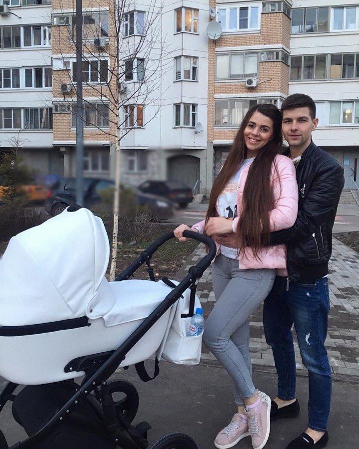 Дима и Оля Дмитренко заселяются на поляну с дочкой