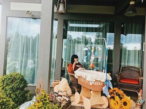 Нелли Ермолаева наслаждается жизнью в загородном доме