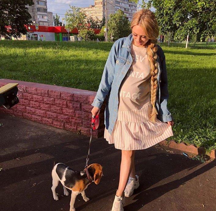 Фолловеры в восторге от беременной Алены Ашмариной в платье