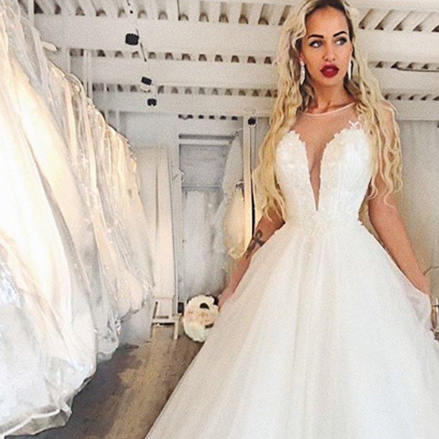 Лиза Триандафилиди примеряет на себе свадебное платье