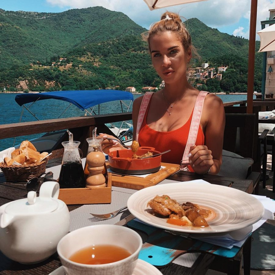 Экс-участница «Дом 2» Александра Гозиас на отдыхе в Черногории