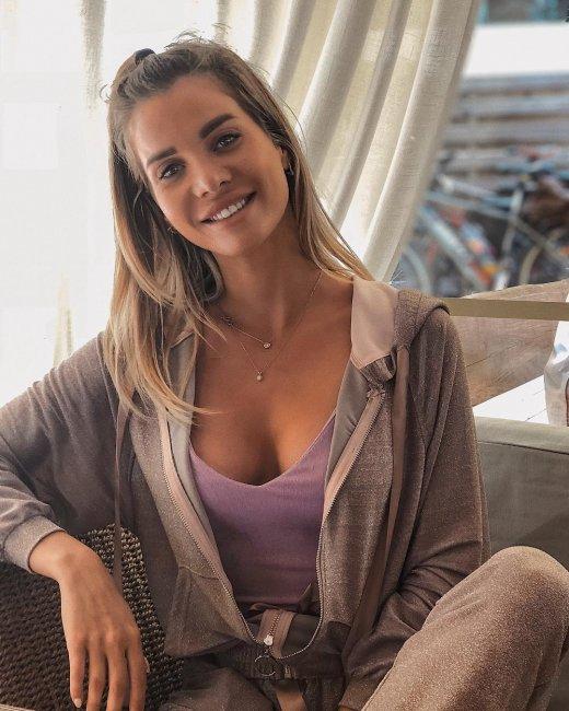 Подписчики Александры Гозиас наконец-то увидели девушку в приличной одежде