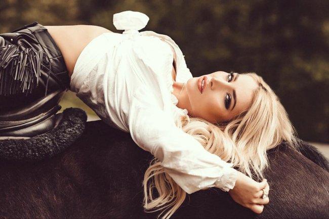 Красивая фотосессия экс-участницы «Дом 2» Таты Блюменкранц с лошадями