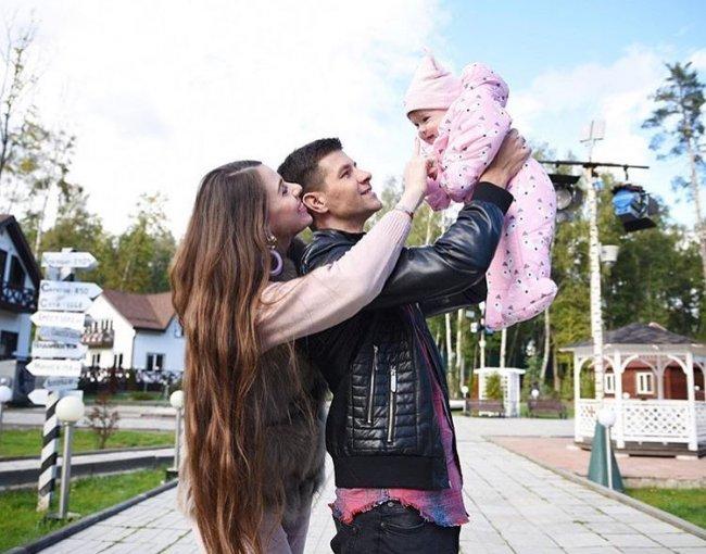 Фотоподпорка Ольги Рапунцель и Дмитрия Дмитренко с доченькой Василисой