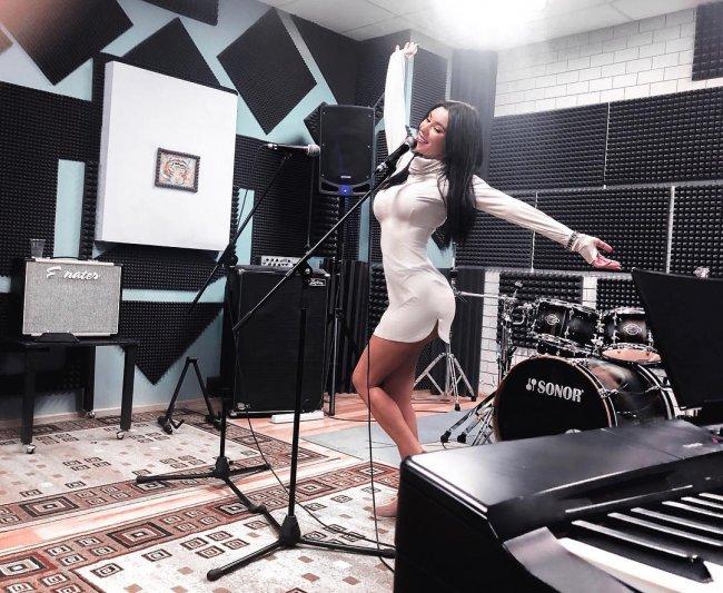Анна Якунина вместе с сестрой открыла школу вокала