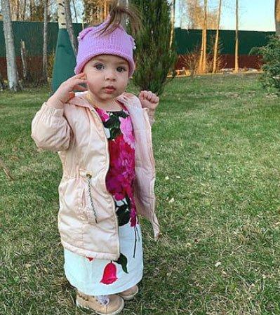 Ольгу Рапунцель снова раскритиковали за выбор одежды для своей дочери