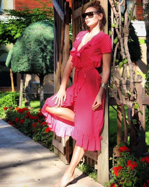 Фотоподборка экс-участницы «Дом 2» Эллы Сухановой в красном платье в горох