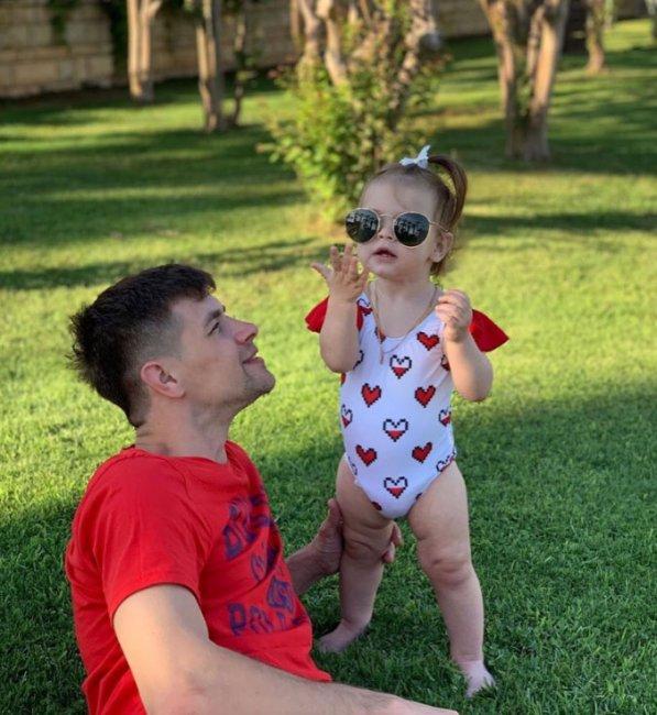 Дмитрий Дмитренко наслаждается отпуском и умениям свой маленькой дочери
