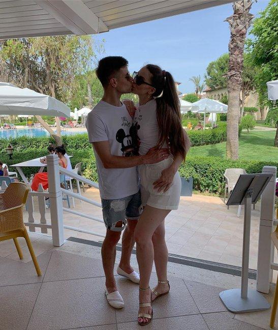 Бренд проекта «Дом 2» Ольга Рапунцель с мужем и дочкой отдыхает в Турции