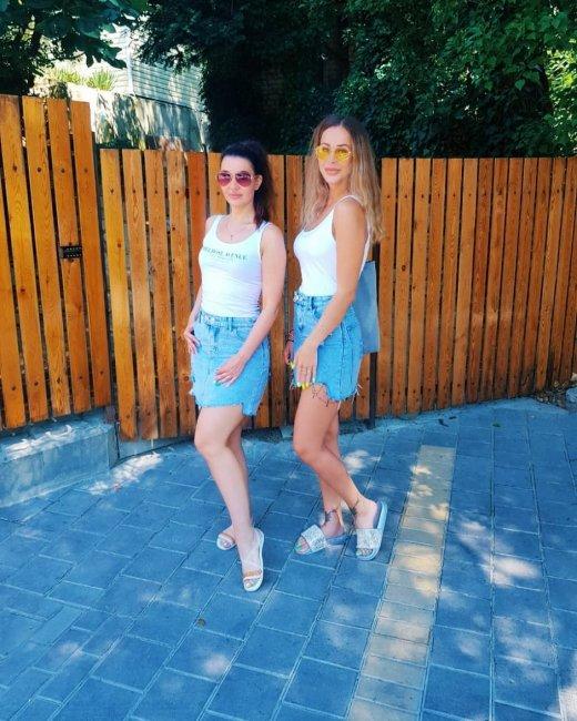 Ольга Ветер прогуливалась по Гелендджику с подругой в одинаковых нарядах