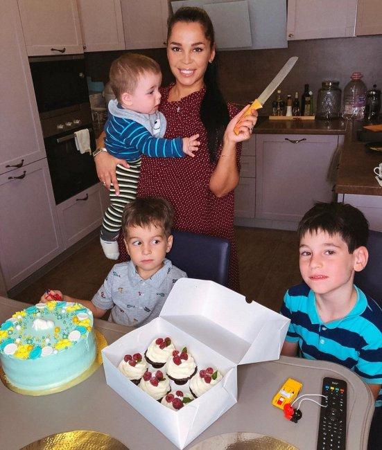 Юля Салибекова впервые взяла на руки племянника