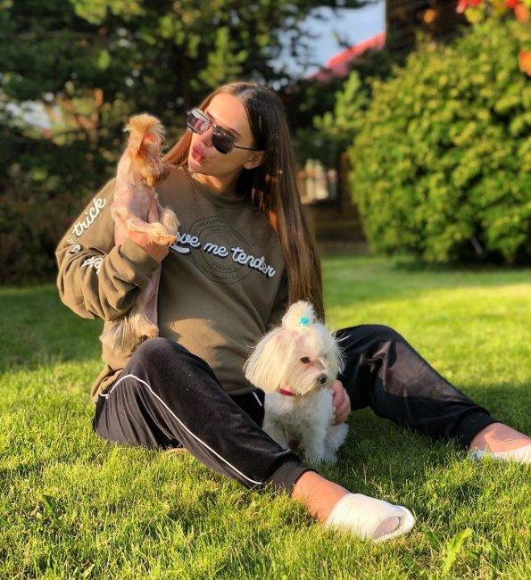 Саша Артемова выбирает коляску для своего малыша