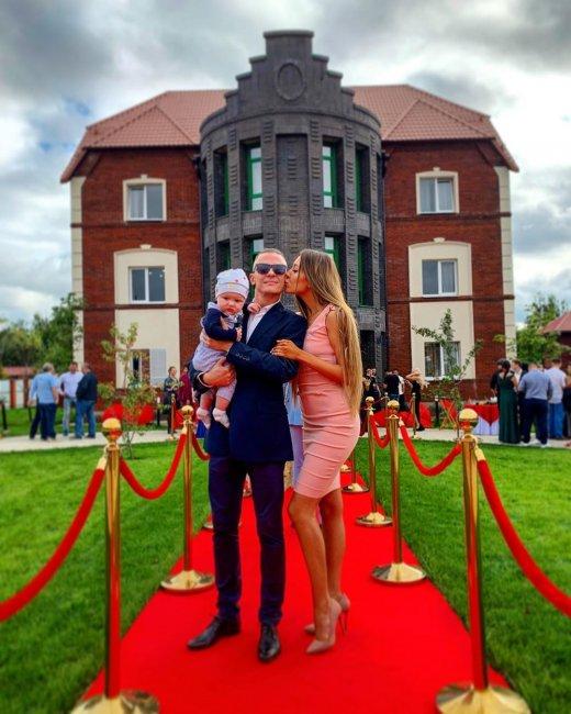 Фотосессия Алены Савкиной с сыном и новым возлюбленным