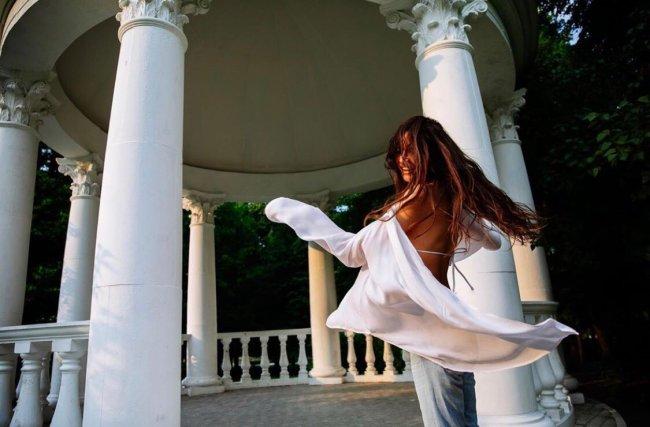 Фотосессия Алены Водонаевой, во время которой она прятала лицо