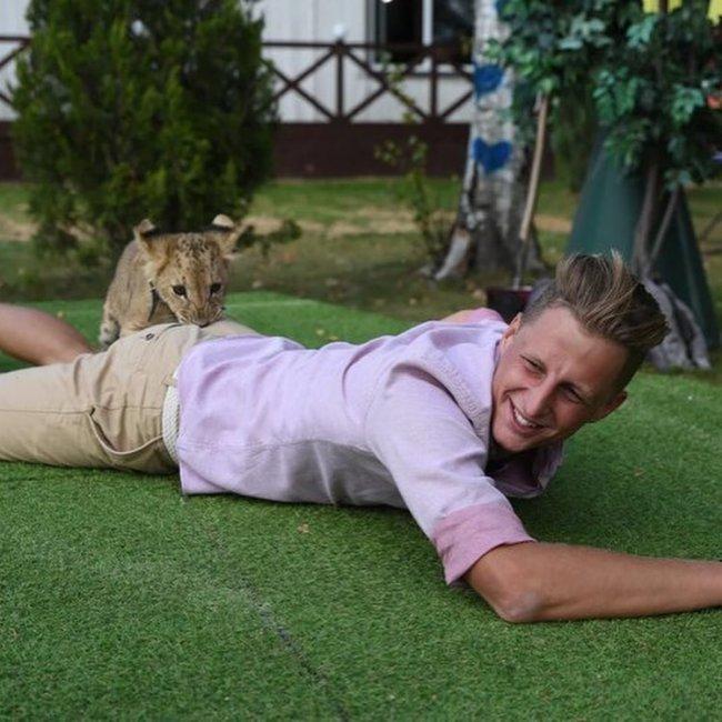 Фотосессия Максима Павленко с маленькой львицей