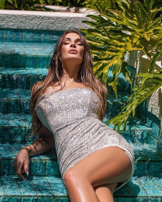 Фотосессия солнечной и яркой Алены Водонаевой в блестящем коротком платье