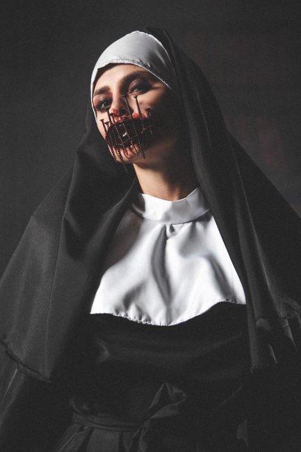 Фотосессия Виктории Романец на вечеринке в честь Хеллоуина