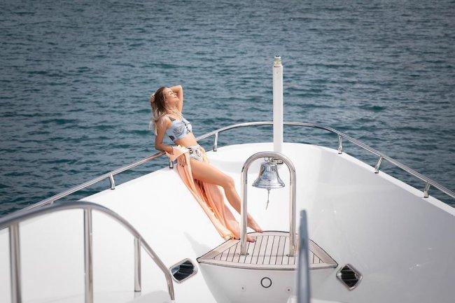 Красивая фотоссесия Марины Африкантовой на яхте