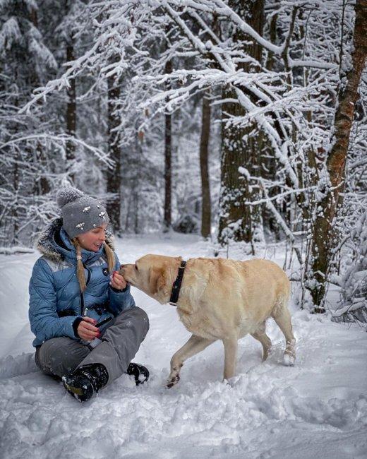 Фотосессия Натальи Варвиной на прогулке с псом Рональдом