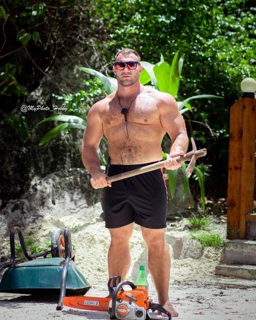 Фотосессия брутального Александра Ботнаря на Сейшелах