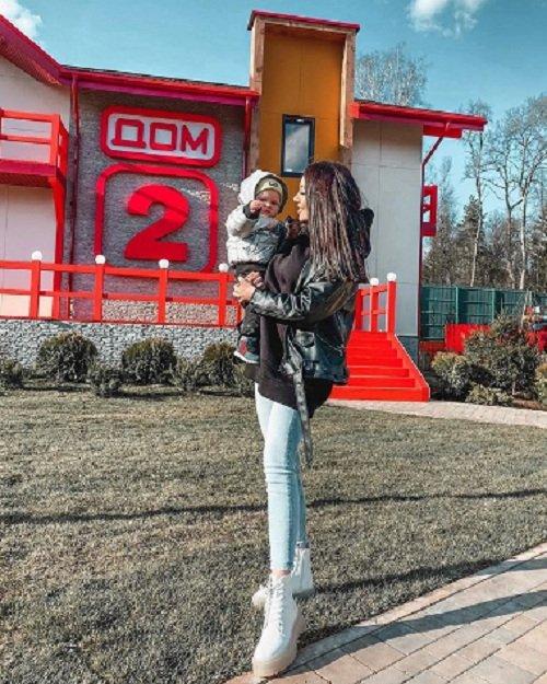 Алена Савкина отправляет сына в детский сад