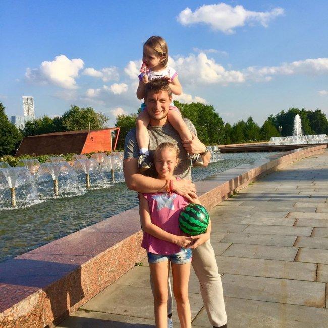 Фотоподборка: Александра Задойнов со своими дочерями
