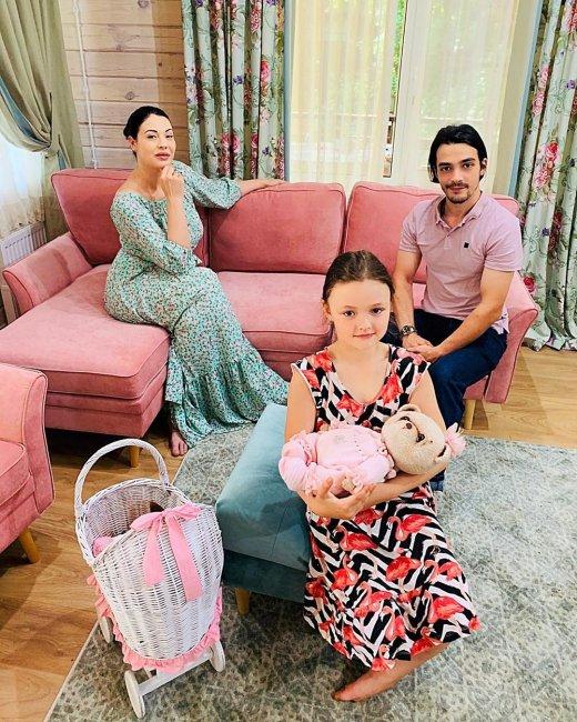 Инна Воловичева со своей семьей в загородном доме