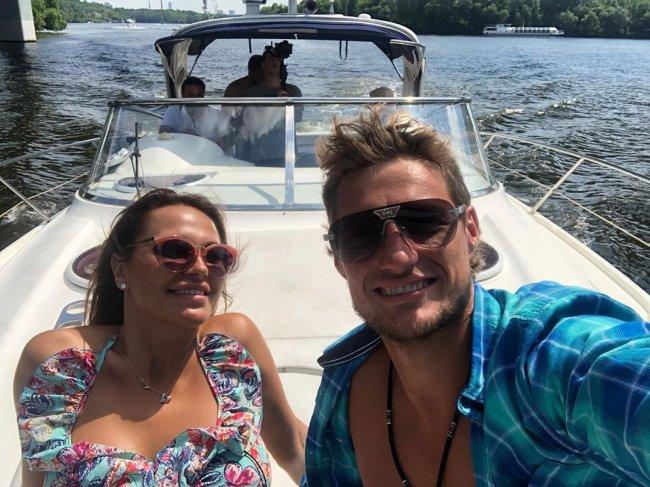 Александр Задойнов с женой Ксенией отлично проводят время