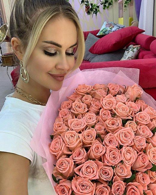 Марина Африкантова с красивым букетом роз