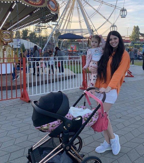 Семья Ольги и Дмитрия Дмитренко на прогулке в парке