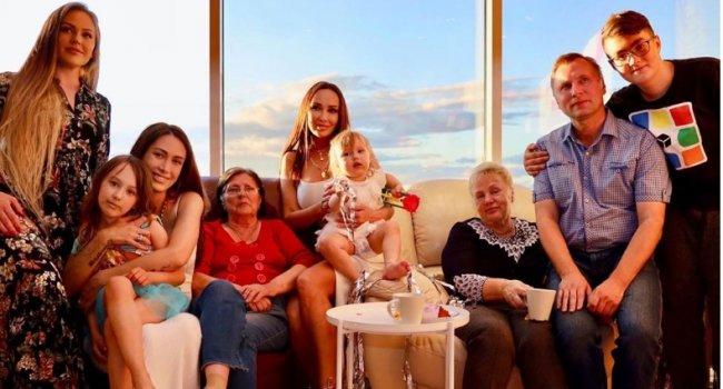 Бабушки дали беременной Алене Ашмариной миллион рублей