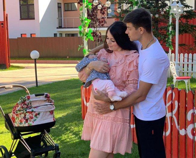 Дмитрий Дмитренко профессиональный актер и они с женой играют роль идеальной семьи
